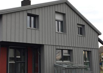 Zink-Stehfalzbleche als Fassadenverkleidung